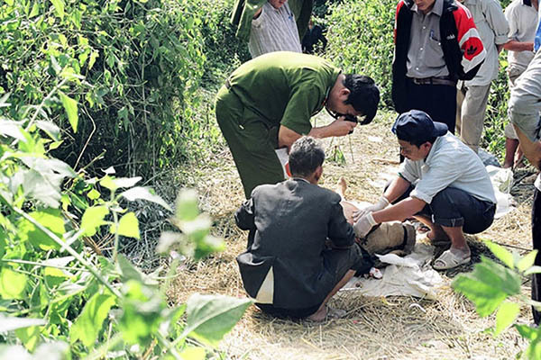 Nghi án người lái xe ôm bị giết vứt dưới mương nước ở Sài Gòn