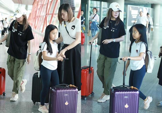 Triệu Vy lộ mặt kém sắc xuất hiện cùng con gái ở sân bay