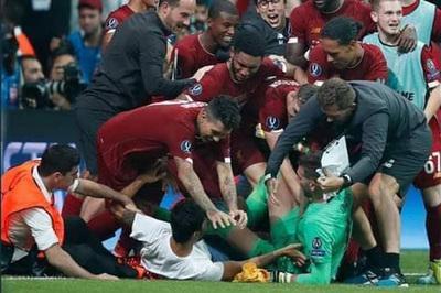 Liverpool méo mặt,  người hùng Adrian dính chấn thương hi hữu