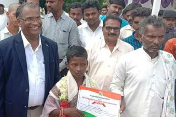 Cậu bé 12 tuổi ngâm mình trong nước lũ dẫn đường xe cứu thương