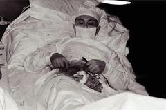 Sự thật bất ngờ đằng sau bức ảnh bác sĩ tự mổ bụng chính mình