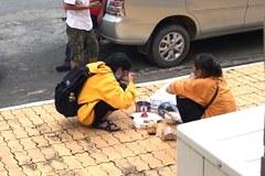 Bữa cơm giữa sân trường của người mẹ nghèo và cô sinh viên năm nhất