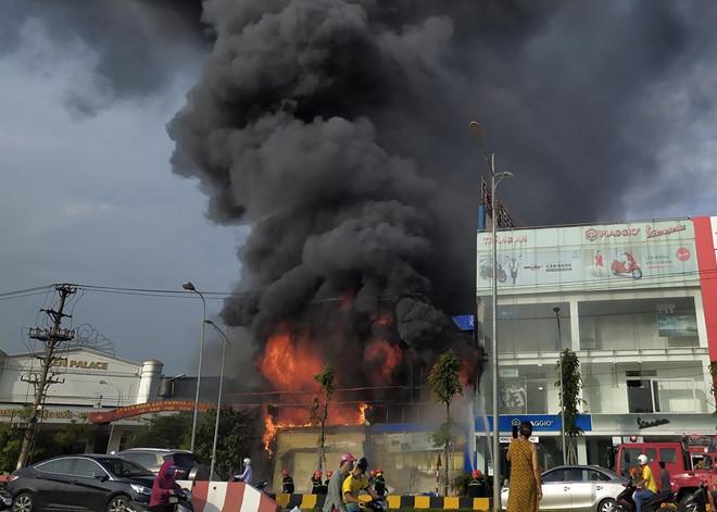 Cháy siêu thị 90K ở Bắc Giang, nam nhân viên bị mắc kẹt