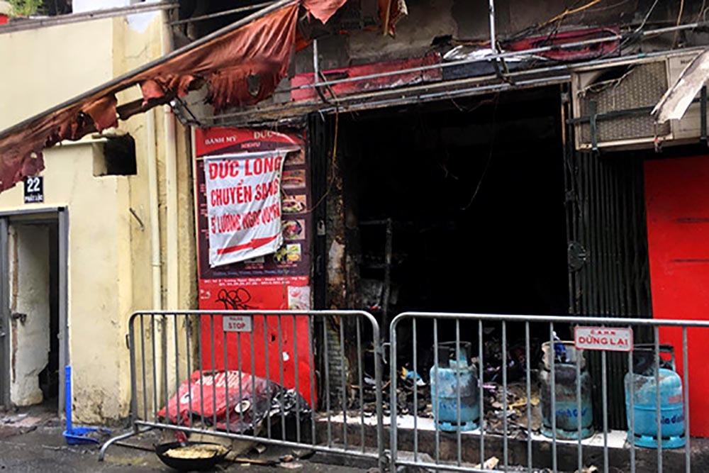 Lửa thiêu rụi tiệm bánh mỳ trên phố cổ Hà Nội