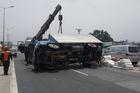 Tai nạn liên hoàn 6 ô tô: Xe tải lật đè xe con, cầu Thanh Trì ùn dài