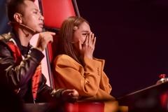 Hương Giang bật khóc nức nở khi học trò hát 'Cánh hoa tàn - Chị tôi'