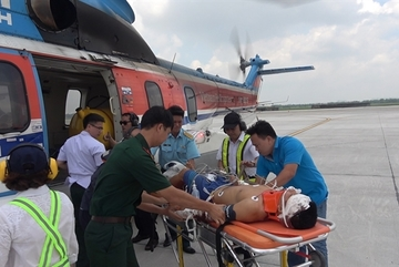 Injured soldier flown from Truong Sa Island to mainland