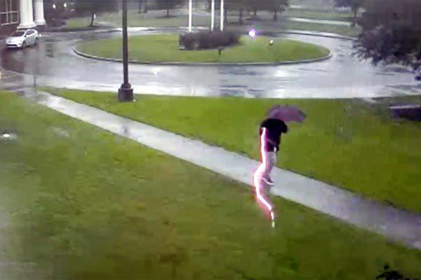 Video giây phút người đàn ông bị sét chớp lòe đánh trúng