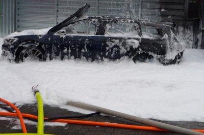 Dùng máy hút bụi rút xăng khỏi bình, nữ tài xế đốt cả ô tô