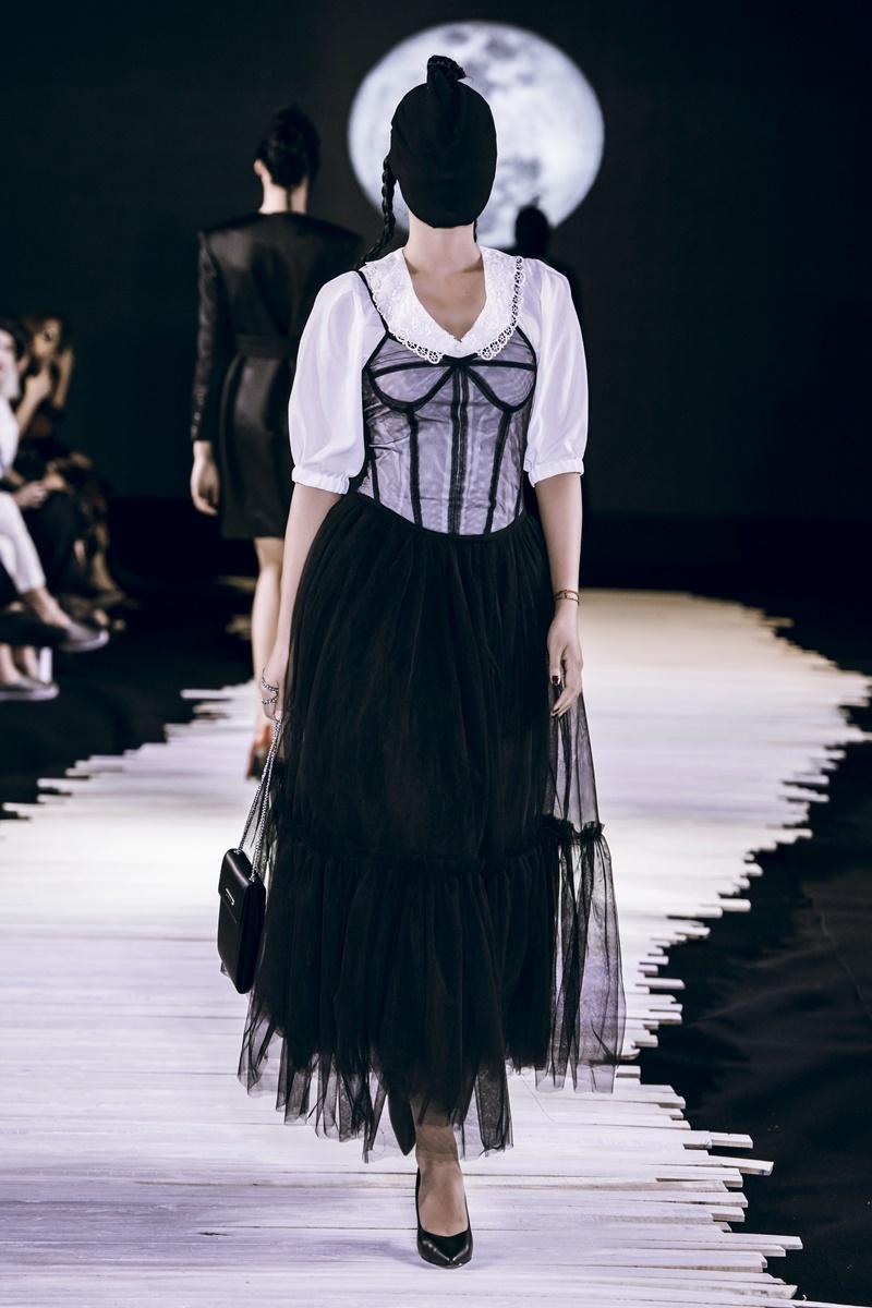Người mẫu bịt kín mặt khi catwalk