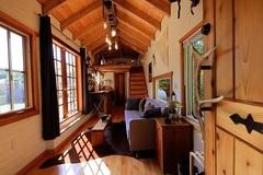 Ngắm ngôi nhà nhỏ cực đẹp và lạ từ 'đồ bỏ đi' của anh chàng 'thủy thủ'