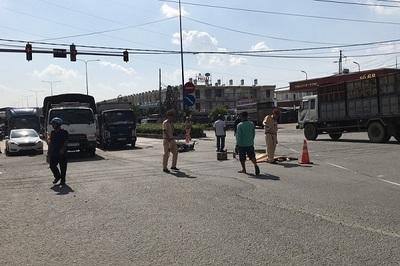 Băng qua ngã tư, người đàn ông ở Bình Dương bị xe tải chở heo tông chết