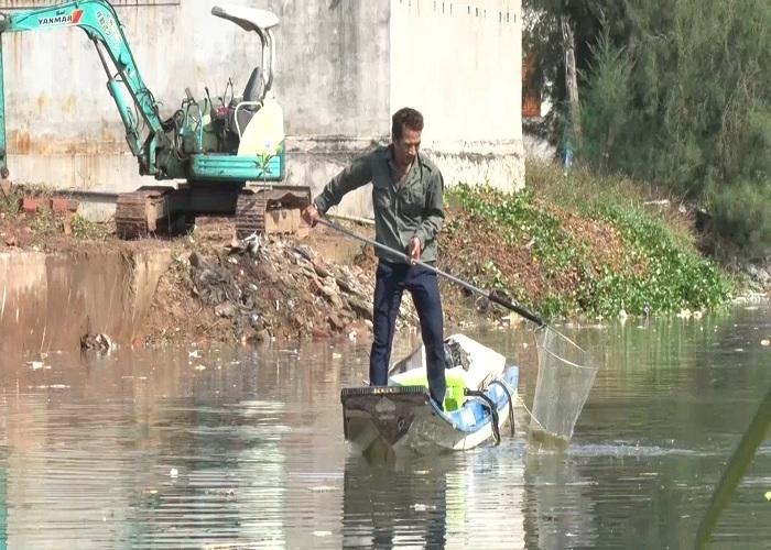 Hành động 'điên khùng' của người đàn ông xăm trổ dưới con kênh đầy rác