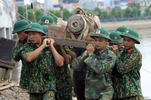 Xem công binh trẻ đưa quả bom 250kg rời sông Tam Bạc