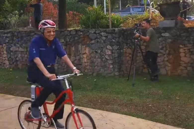 Thủ tướng Malaysia gần trăm tuổi đạp xe một lèo 11km