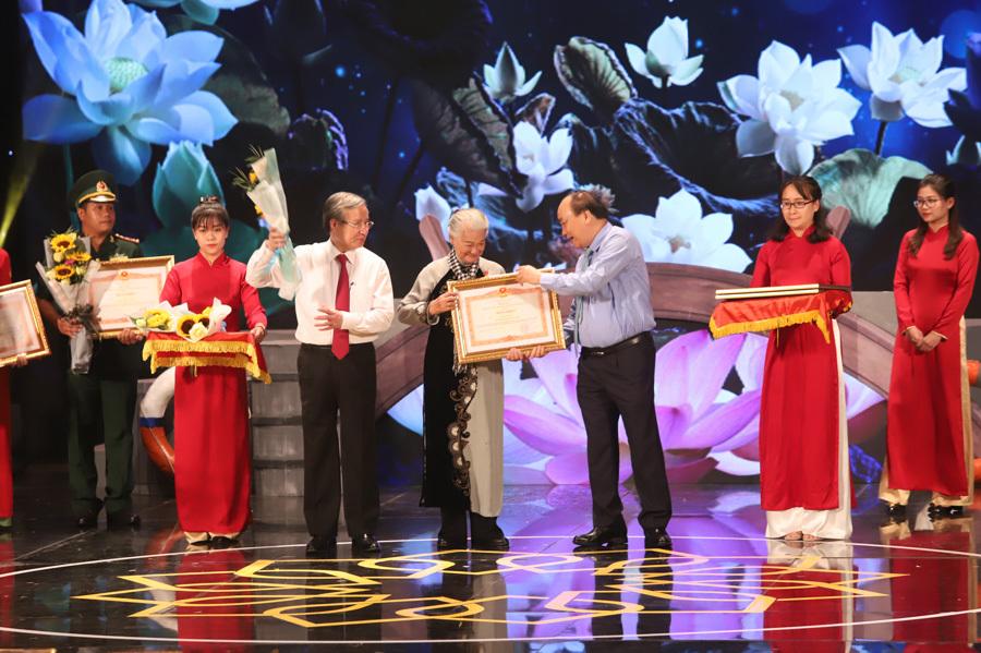 Họa sĩ 70 tuổi đi dọc Việt Nam vẽ hơn 2.000 chân dung mẹ anh hùng