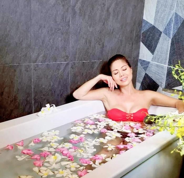 Nữ ca sĩ Việt 3 đời chồng khoe bikini nóng bỏng ở tuổi 46