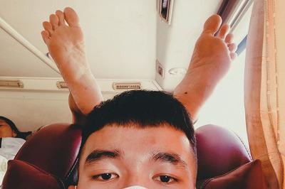 Bức ảnh bàn chân 'mọc' trên đầu chàng trai đi xe khách khiến nhiều người giật mình