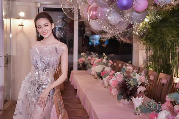 Hoa khôi Hải Yến đón tuổi 22 bên người thân, bạn bè