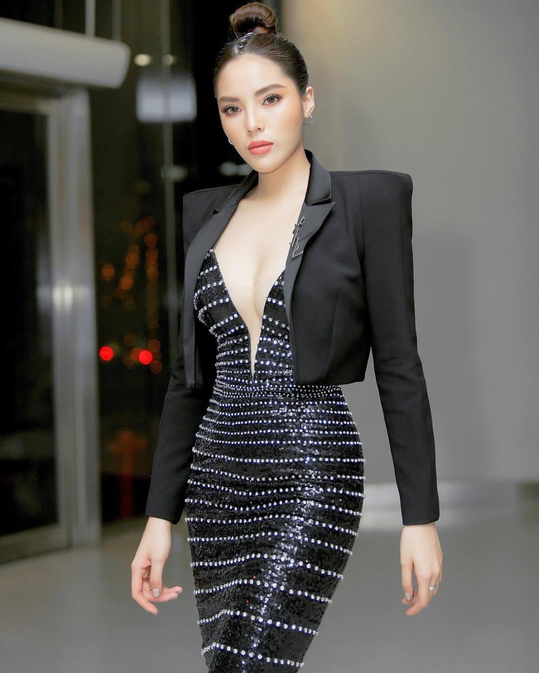 Mỹ nhân Việt khoe ngực với váy khoét sâu đến rốn