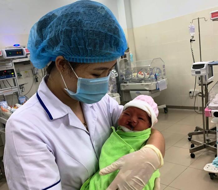 Vừa chào đời, bé trai bị dị tật sứt môi chẽ vòm bị mẹ bỏ rơi