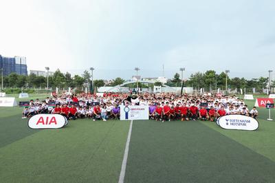 AIA kết nối 'chân sút nhí' Việt với HLV của Tottenham Hotspur
