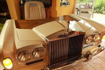 """""""Mũi"""" xe sang thiết kế thành bàn làm việc giá siêu đắt"""