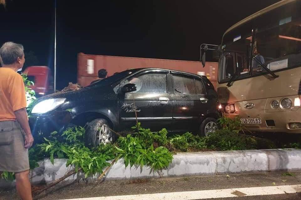 Xe chở hơn 30 khách Trung Quốc 'lùa' xe con lên dải phân cách ở Quảng Ninh