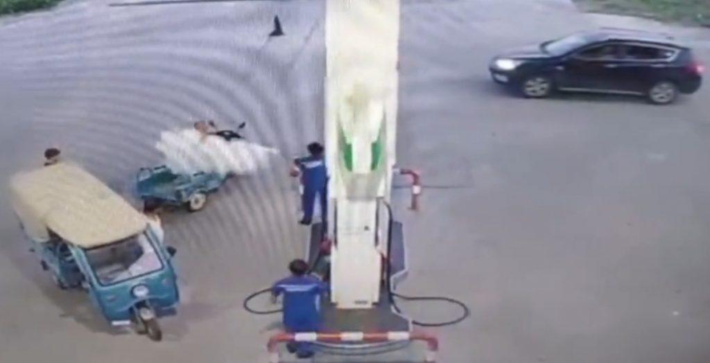 Lái xe hút thuốc ở trạm xăng bị xịt bọt cứu hỏa khắp người