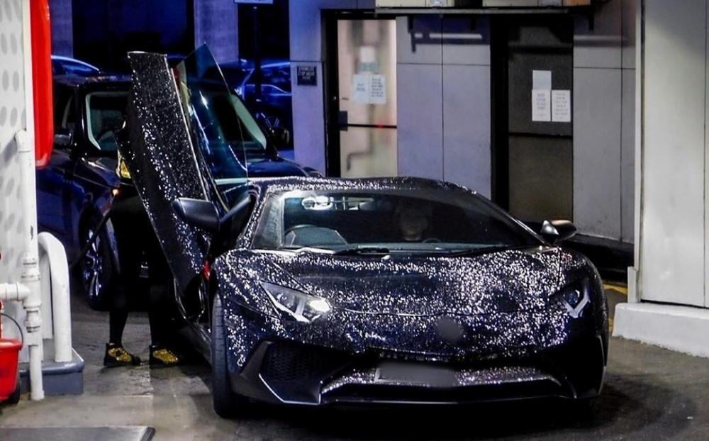 Mẫu nữ sexy mua siêu xe 10 tỷ nạm 2 triệu viên pha lê