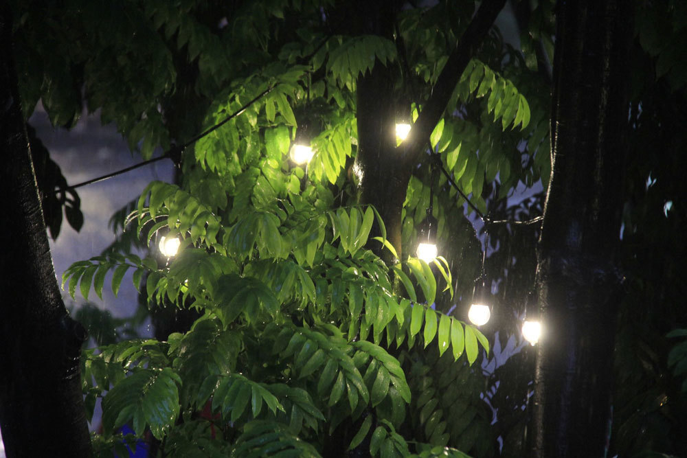 Hà Nội dông lớn, 2h chiều trời tối như ban đêm