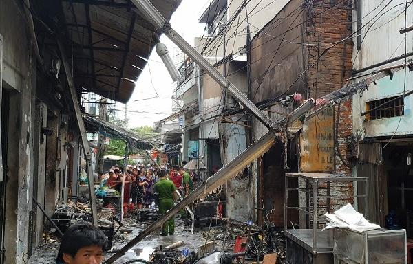 Cả trăm bình gas phát nổ, dãy ki ốt cháy thành tro ở Sài Gòn