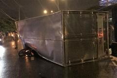 Xe tải lật đè xe máy trên quốc lộ, thanh niên thoát chết hy hữu