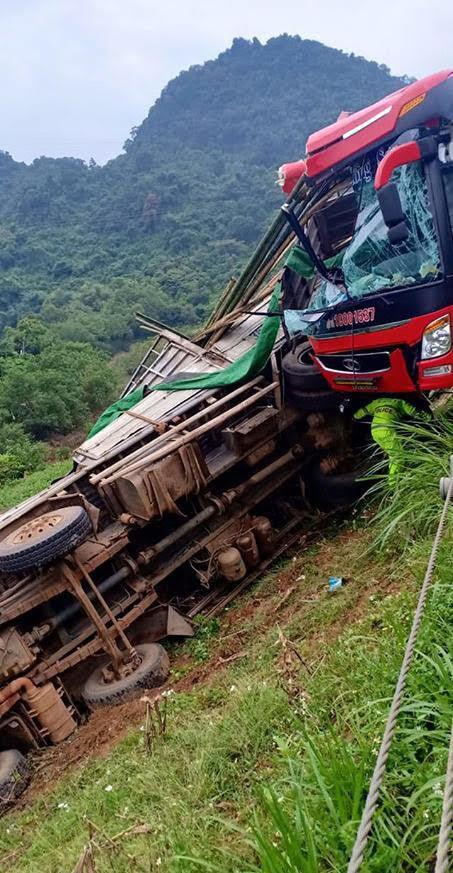 Xe khách tông xe tải xuống vực, 2 người chết ở Hòa Bình
