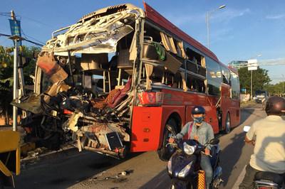 Hai xe khách tông nhau, 1 người chết, hàng chục người bị thương ở Khánh Hòa