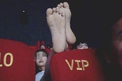 Lại xuất hiện cô gái mặc váy ngắn nằm ngả ngớn ở rạp chiếu phim gây bức xúc