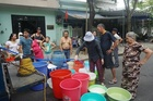 Người Đà Nẵng trắng đêm, bỏ việc, xếp hàng hứng từng thùng nước