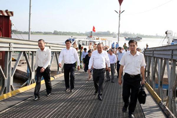 Phó Thủ tướng Trương Hòa Bình thị sát tình trạng sạt lở QL91