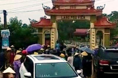 Hơn 20 thanh niên xăm trổ hùng hổ đập phá cổng làng ở Thanh Hóa
