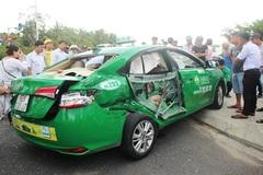 Xe tải tông taxi bẹp dúm, 1 du khách tử vong ở Quảng Nam