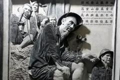 Người khắc bút tích bản di chúc của Bác Hồ bằng đá