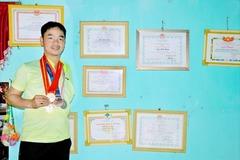 Thầy giáo 1 tay dạy cầu lông ở Quảng Trị