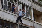 Thót tim xem cảnh sát cứu bé sơ sinh bị cha say rượu dọa ném khỏi cửa sổ