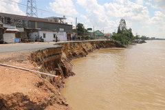 An Giang's highway collapses into the river