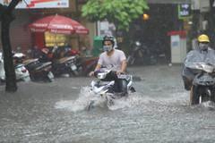 Hà Nội mưa lớn, nhiều tuyến phố ngập nửa mét