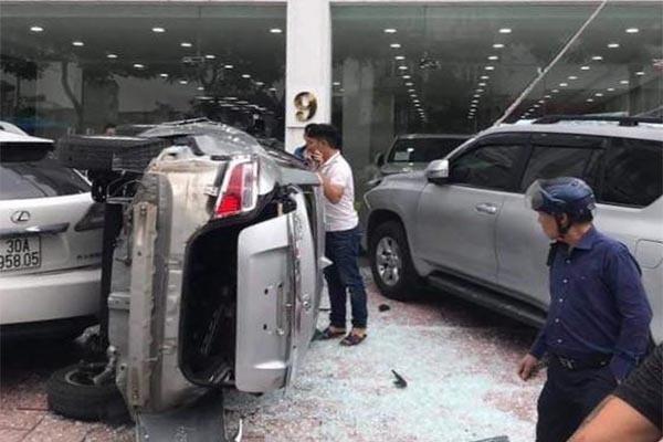 Ô tô lao từ tầng 2 showroom xuống đất, lái xe bị thương nặng ở Hà Nội