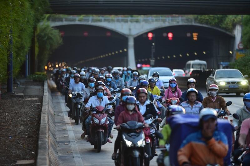 Theo làn răm rắp, cả dòng xe nối đuôi vào hầm vượt sông lớn nhất Việt Nam