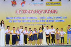 Nam A Bank khuyến khích bảo vệ môi trường và trao học bổng cho HS Long An