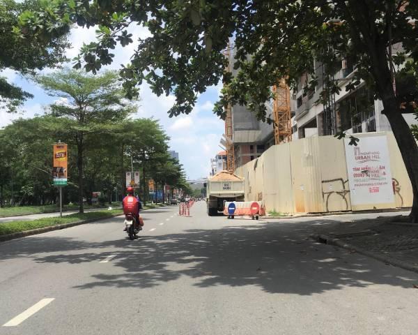 Xe bồn, vật liệu… nghênh ngang đẩy người đi bộ xuống lòng đường