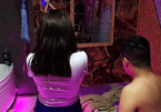 Đột kích quán massage 'vua' 5 nữ tiếp viên cùng lúc phục vụ ở Sài Gòn